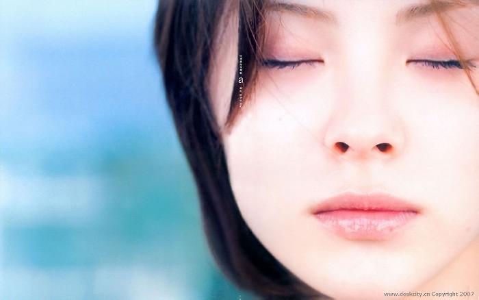 目を閉じる松浦亜弥